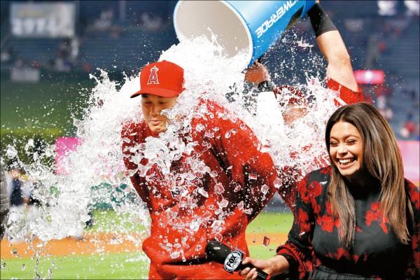 大谷翔平昨轟出第1支全壘打、全場3安打助球隊獲勝,賽後隊友「濕身」慶賀。(美聯社)