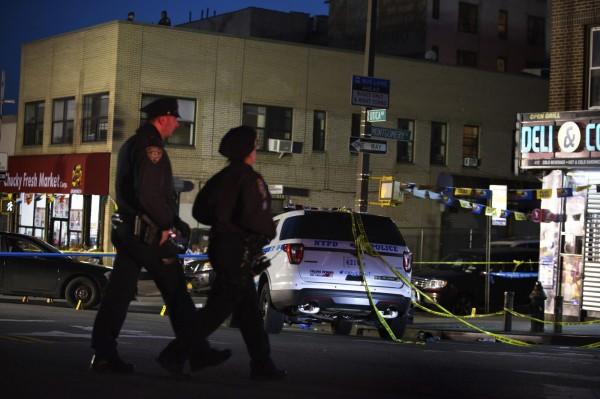 紐約警方4日晚間接獲民眾報案,指控布魯克林一名黑人拿槍瞄準路人,3名警察趕到現場後對他連開10槍,後來才發現該名黑人拿的是一根金屬管。(美聯社)