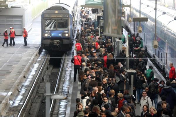 法國國家鐵路公司(SNCF)工會,2日發起為期3個月的「間歇性」大罷工,引發當地通勤族不滿,就連計程車司機也受到波及,感嘆「沒生意可做」。(法新社)