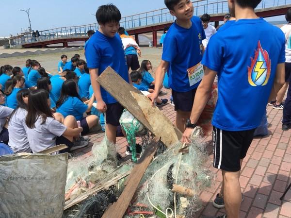 君毅中學師生利用假日時間,一齊到龍鳳漁港淨灘。(記者鄭名翔翻攝)