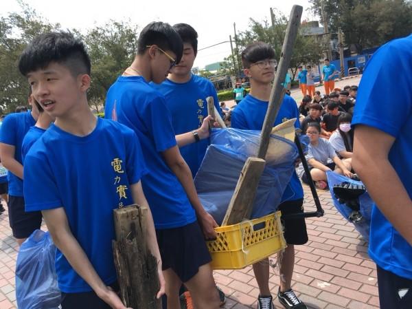 師生們共清出約800公斤重的垃圾。(記者鄭名翔翻攝)
