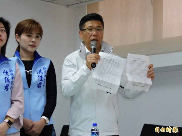 新北市議會國民黨團副書記長陳明義拿出2份預擬的新聞稿澄清,強調不論哪一位候選人出線,都會團結力挺,沒有偏坦特定候選人。(記者賴筱桐攝)