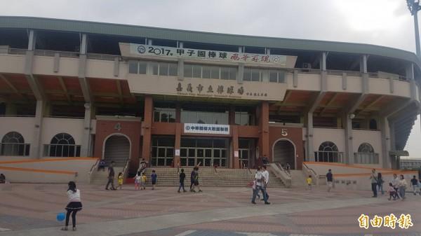 嘉義市立棒球場為迎接2018世大棒,將於5月施工整建。(記者丁偉杰攝)