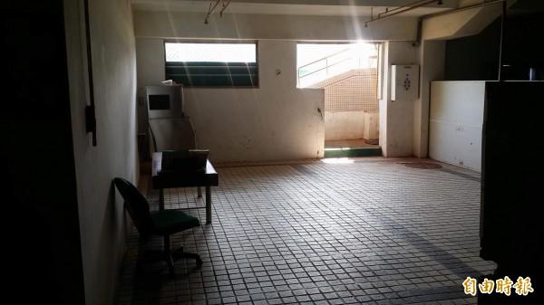 嘉義市立棒球場球員休息室預計5月動工整建。(記者丁偉杰攝)
