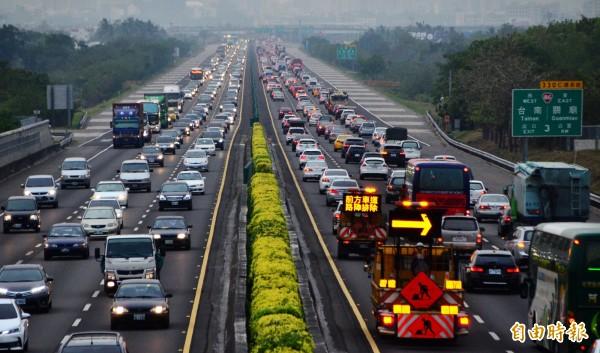 清明連假將於明日收假,今日下午國道部分路段出現擁擠車潮。圖為今傍晚台南國道都會區路段車潮湧現,雙向均頗為擁擠。(記者吳俊鋒攝)