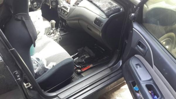 警方在胡男車內發現木炭灰燼,疑似燒炭身亡。(記者萬于甄翻攝)