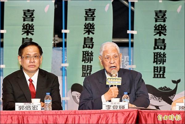 前總統李登輝(右)昨表示,當家做主一直是台灣人最深沈的願望,大家更應打拚,宣傳推動「獨立公投,正名入聯」。(記者張忠義攝)