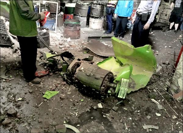 台中太平「國電綠能公司」測試綠能發電機時發生解體意外,機組零件砸破磚牆飛進隔壁工廠內。(記者陳建志翻攝)