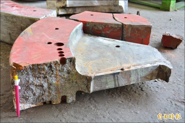 重達半噸飛輪碎片四散, 從放在工廠前的碎片可看到飛輪厚度約20公分。(記者陳建志攝)