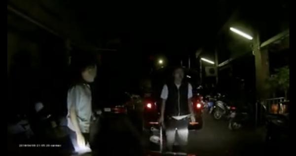 過程中,雙方疑似發生口角,男子竟從後車廂拿出球棒,作勢叫囂。(圖擷取自《爆料公社》)