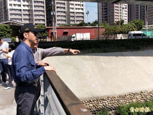新北市長朱立倫視察湳仔溝,了解整治的情況。(記者何玉華攝)