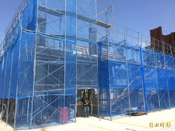 第一期改建中,增設30個班級教室,以及地下停車場。(記者邱書昱攝)