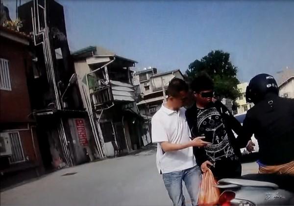 警方循線到媽祖廟附近埋伏,當街逮捕正要前往拜拜的丁嫌,訊後依詐欺罪嫌送辦。(記者許國楨翻攝)