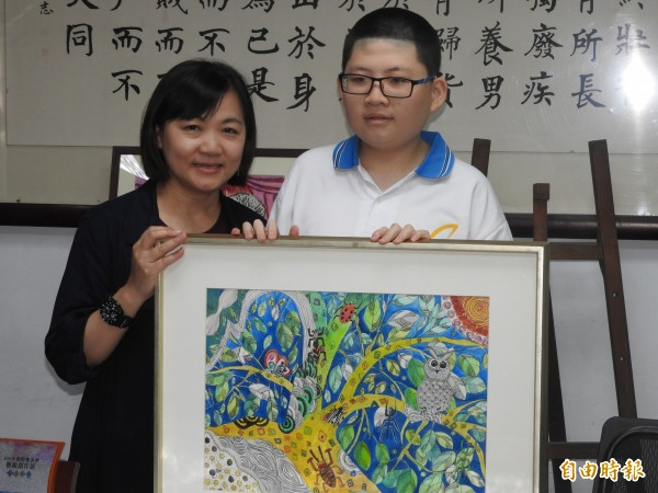 蘇亦禾(右)最喜歡的畫作是「大樹及他的朋友」,媽媽林卉芸(左)說對身障孩子,結交朋友不容易,但大樹卻有很多動物、昆蟲來找它做朋友。(記者方志賢攝)