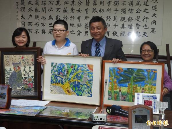 蘇亦禾(左二)參與繪畫比賽,從高雄市到全國獲獎無數。(記者方志賢攝)