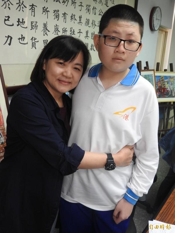 林卉芸(左)說她從蘇亦禾(右)身上學習到勇敢面對困難。(記者方志賢攝)