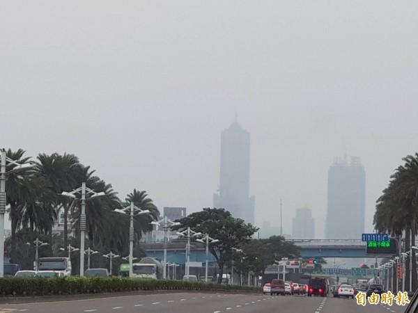 高市今年第一季PM2.5全國最高,八五大樓冬季若隱若現。(記者陳文嬋攝)