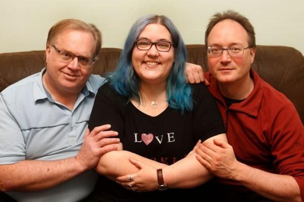 瑪莉和丈夫提姆(右)、未婚夫約翰住在同一個屋簷下。(圖擷自《鏡報》)