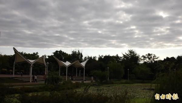 屏東市今早在北大武山的方向出現一道平整的天際線,一邊是湛藍晴空,另一邊則陰暗昏沉。 (記者李立法攝)