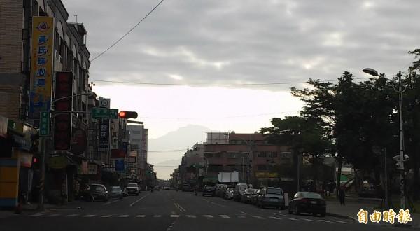 屏東市今早在北大武山的方向出現一道平整的天際線,一邊是湛藍晴空,另一邊則陰暗昏沉,讓許多民眾嘖嘖稱奇。 (記者李立法攝)
