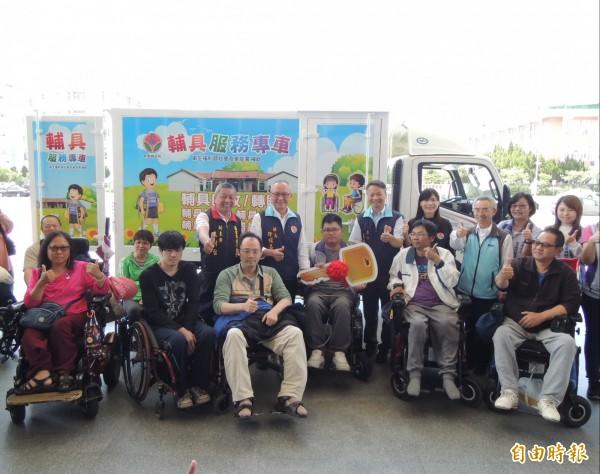 苗栗縣長徐耀昌(中)與身障朋友一起參與輔具專車啟動儀式。(記者張勳騰攝)