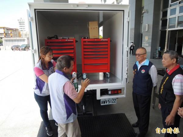 苗栗縣長徐耀昌(右二)了解輔具專車內的維修設備。(記者張勳騰攝)