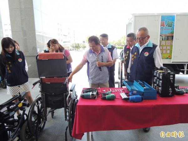 苗栗縣長徐耀昌(右)了解輔具專車內的維修設備。(記者張勳騰攝)