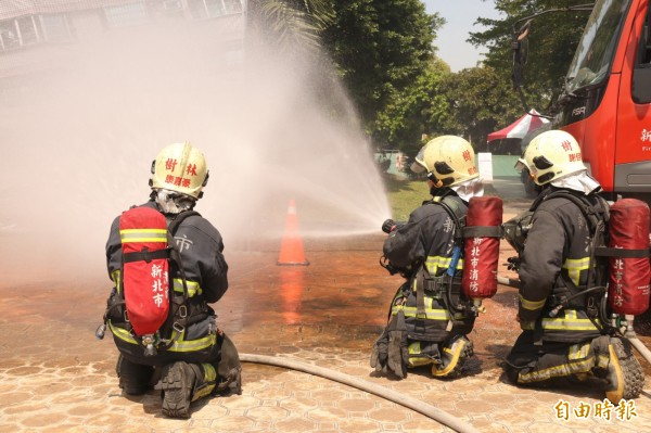 演練過程逼真,消防隊以水柱控制模擬的火勢。(記者邱書昱攝)