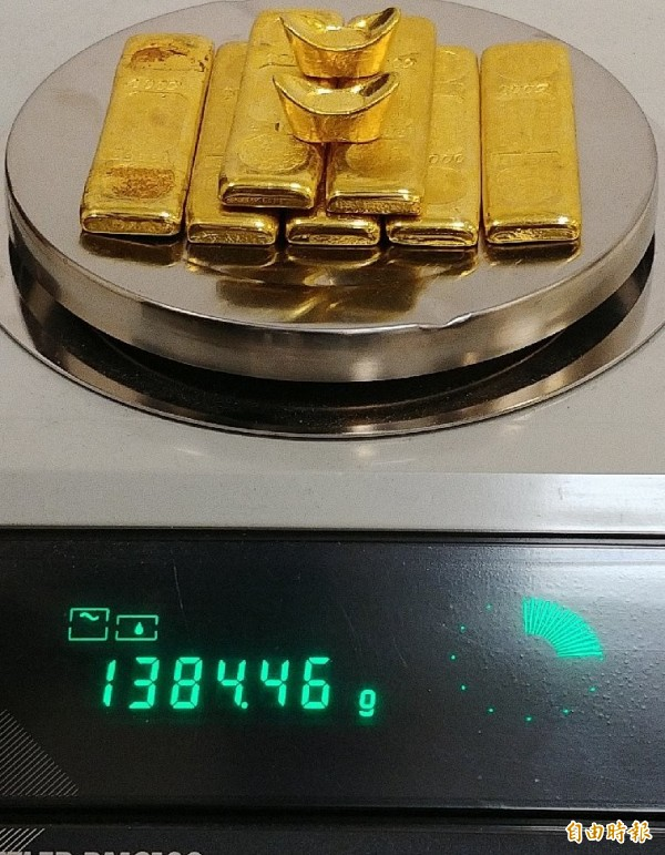 海關昨天晚間查獲旅客攜帶未申報超量黃金1384公克(價值174萬)出境。(記者姚介修攝)