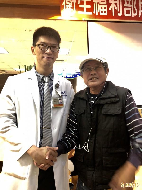 李育寅(右)感謝屏醫家醫科醫師邱恩碩(左)協助戒菸。(記者羅欣貞攝)