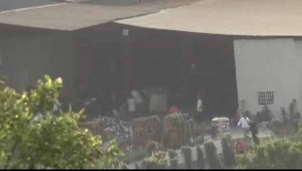 警方破獲以工廠為掩護的賭場,追捕鳥獸散賭客。(記者洪臣宏翻攝)