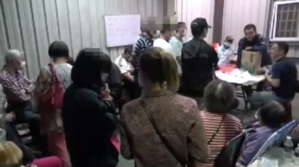 警方破獲賭場,賭客擠滿房間。(記者洪臣宏翻攝)