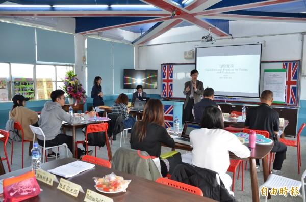 中芸國中數位英語教室成了老師議課、觀課平台。(記者洪臣宏攝)