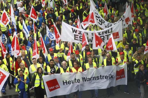 今天德國法蘭克福的德國服務行業工會成員在機場罷工,以要求提高工資。他們在標語上寫著「今天罷工警告」和「我們值得」。(路透)
