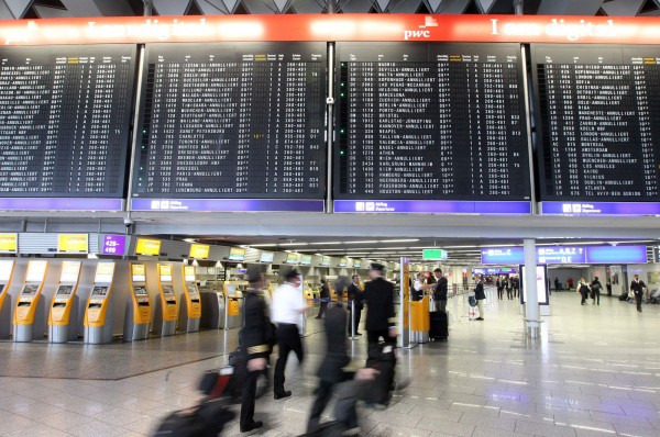 德國法蘭克福機場取消多個航班,德國公務員發出「警告」癱瘓運輸系統。 歐洲航空巨頭漢莎航空和法國航空公司也受到影響,成千上萬名旅客受困。(法新社)