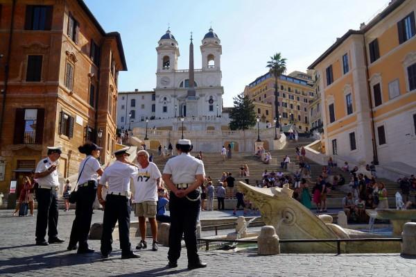 羅馬為保護名勝古蹟,早已下令禁止在附近吃喝,但一名中國遊客卻不甩禁令還推打警察,慘遭逮捕。圖為羅馬西班牙廣場和西班牙階梯。(法新社)