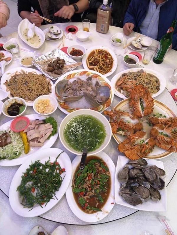 原po表示在墾丁吃到豐富的菜色,原價1萬8000,佛心老闆打折後只算1萬6500,「含淚推薦」給其他網友。(圖擷自爆廢公社)