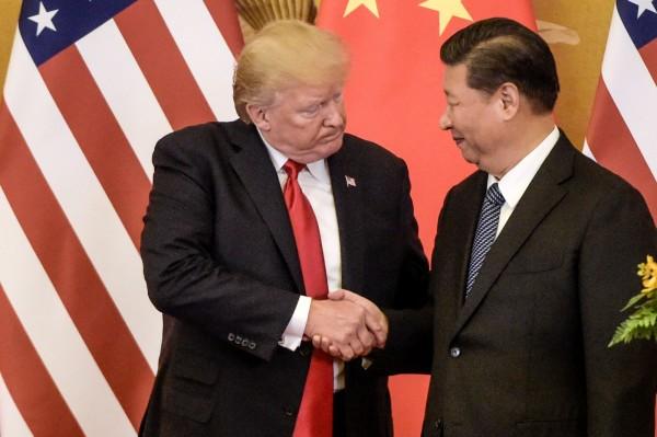 美中貿易摩擦引起全球關注,政治風險諮詢公司認為,若摩擦消退,台灣問題可能成為下一個關鍵點。圖為川普與習近平在去年見面的畫面。(資料照,法新社)