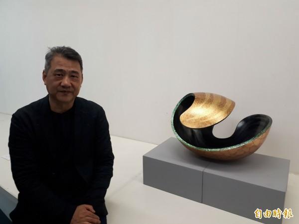 台灣漆藝大師彭坤炎的堆漆技法創作,透過堆漆方式創作,每件作品需6-10個月完成,還融入螺鈿及金箔和蛋殼及色漆作塗刷創作,每件作品都讓人讚賞。(記者洪美秀攝)