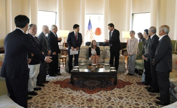 被北韓綁架小孩的日本家屬代表們今(10)日向美國駐日大使訴苦,盼美方能夠在會中促成失蹤的孩子們順利回國。(美聯社)