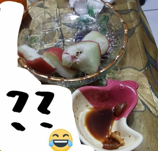 有網友提到,吃蓮霧沾蒜頭醬油的特殊吃法,意外釣出許多關於水果的特殊吃法。(圖擷取自臉書社團「爆廢公社」)