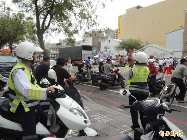 每逢大型廟會活動,台南市府聯合稽查小組出動員警「如臨大敵」全程監控蒐證。(資料照,記者洪瑞琴攝)