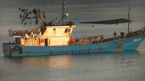 中國莆湄30161號漁船越界作業,連夜帶回馬公隊部偵訊。(澎湖海巡隊提供)