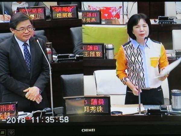 台南市議員郭秀珠(右)在議會總質詢時,反對麻豆設置殯葬設施,揚言不惜抗爭。(記者蔡文居翻攝)