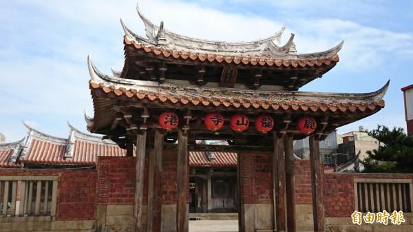 鹿港龍山寺是國定古蹟,也是遊客到訪鹿港的人氣景點。(記者劉曉欣攝)