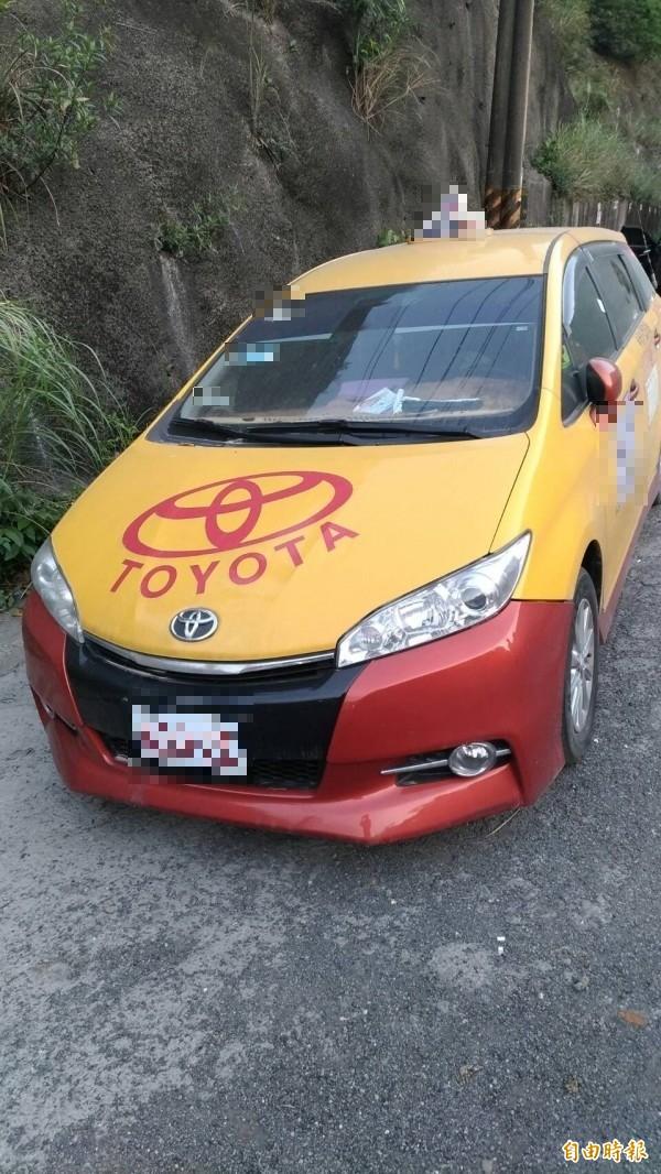運將在計程車內燒炭身亡,車子滿布灰塵,停在路旁多日。(記者林嘉東攝)