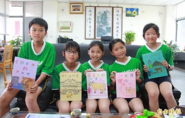 芳苑國小學生,透過自製繪本,記錄芳苑海牛文化。(記者陳冠備攝)