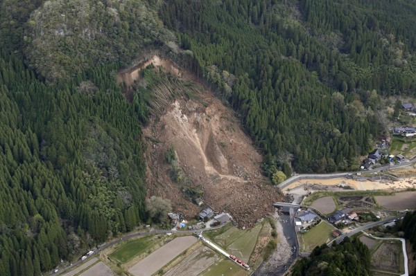 日本大分縣中津市上午3點40分(台灣時間2點40分)發生土石流,至少6人失蹤。(美聯社)