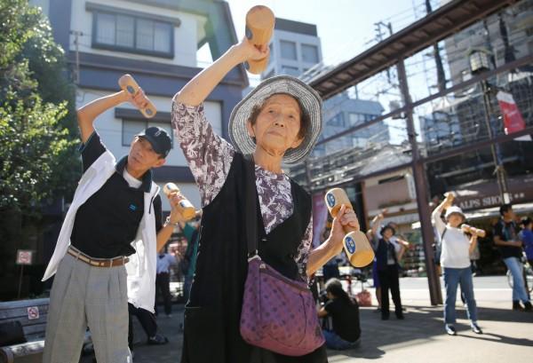 日本神奈川縣大和市今日宣稱要打造「不稱70多歲者為老人的城市」。圖為日本老人參加運動聚會。(路透)