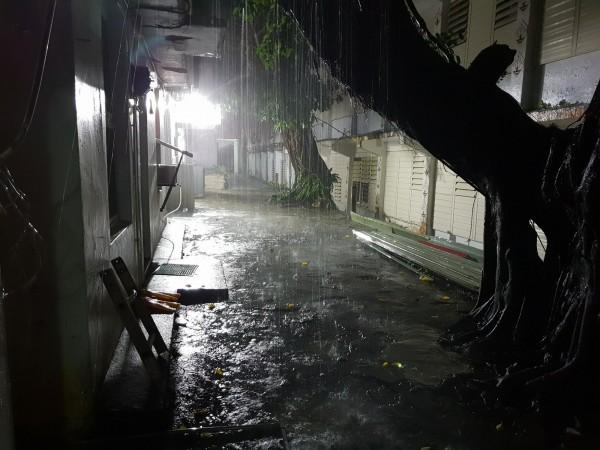 蘭嶼鄉今(11)日晚間突然掀起狂風大雨。(讀者施鈞程提供)